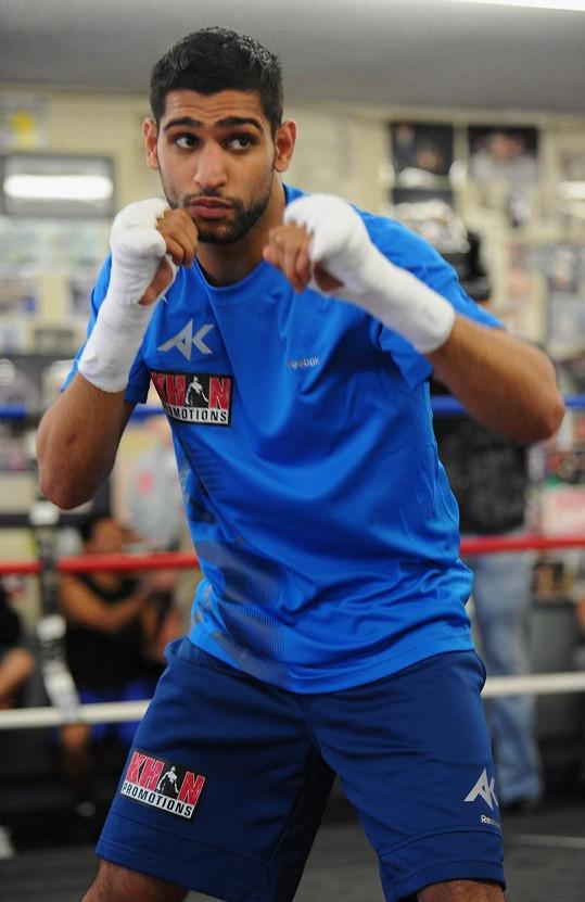 Khan je původem pákistánským boxerem, ovšem pod britskou vlajkou.