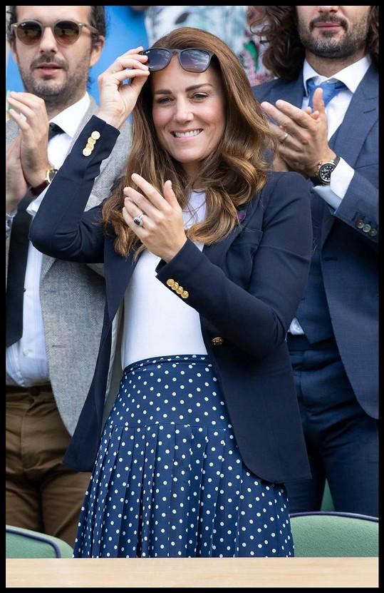 Vévodkyně vypadala v modrobílé kombinaci skvěle.