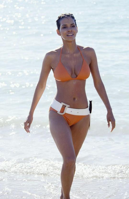 Halle Berry byla vždy sexy. Takhle zářila jako Bondgirl v Dnes neumírej (2002).