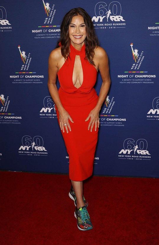 Na akci NYRR Night of Champions Gala dorazila s hlubokým výstřihem a v teniskách.