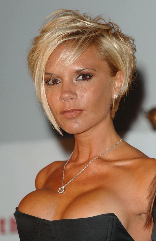 Victoria Beckham dlouho plastiku nepřiznala, ale zvětšení prsou si vyzkoušela. Nepřirozené implantáty si po čase v tichosti nechala zase vyjmout.