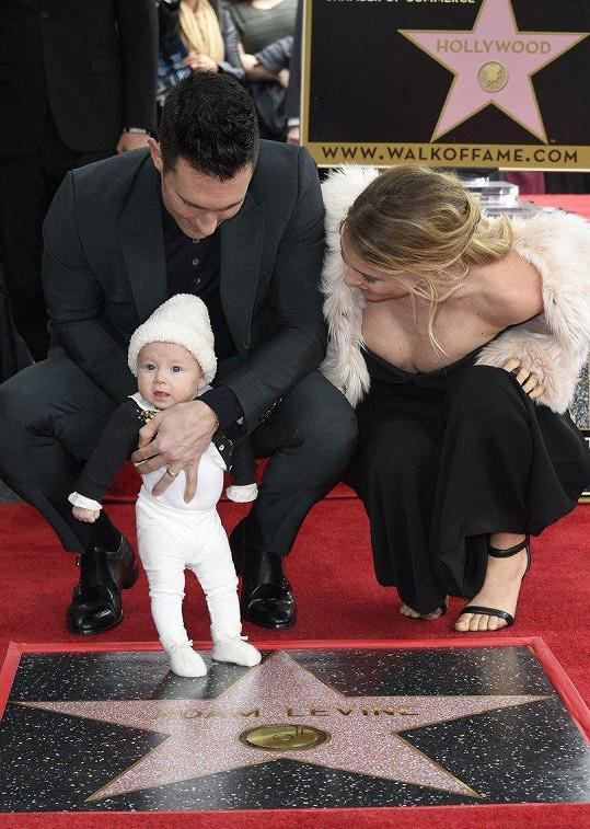 Pár na odhalení Levinovy hvězdy na slavném chodníku slávy i s dcerou Dusty Rose.