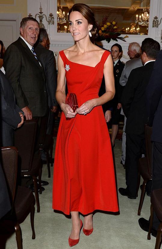 Kate se díky červenému modelu stala naprosto nepřehlédnutelnou...
