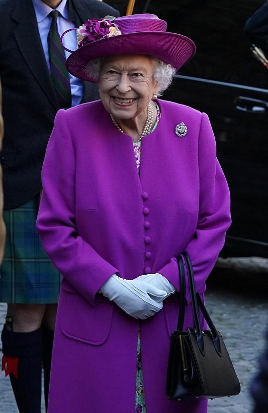 Ve Skotsku také vynesla zářivě fialovou.