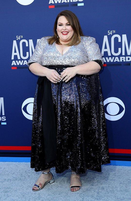 Chrissy Metz přišla na udílení ACM Awards.