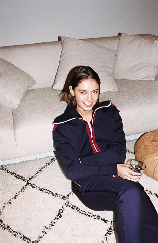 Iris se podobně jako její maminka začíná prosazovat v modelingu už jako šestnáctiletá.