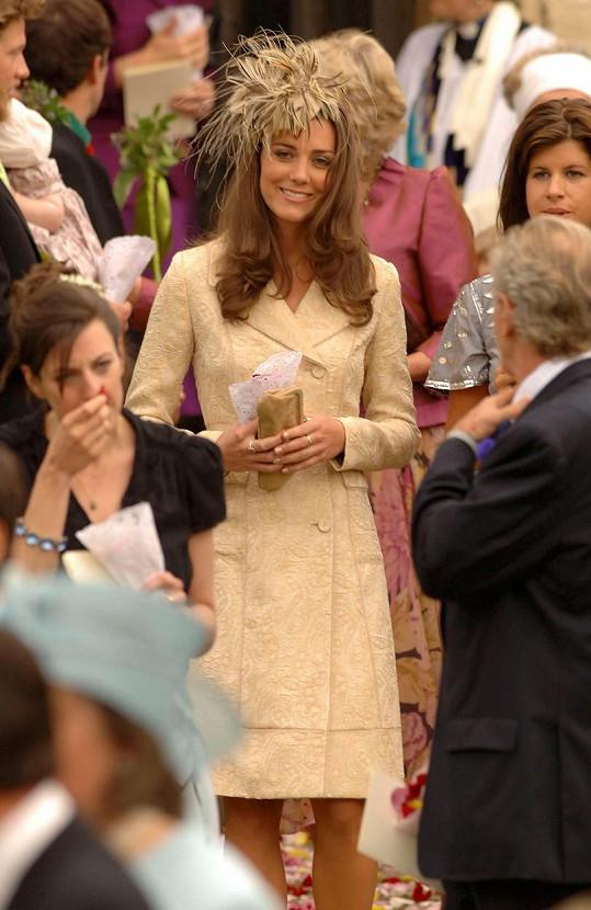 Kate ve stejném kabátku v roce 2006 na svatbě Laury Parker Bowles a Harryho Lopese