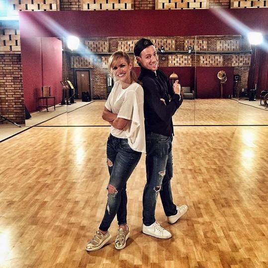 Gabriela v tanečním sále s Martinem Prágrem.