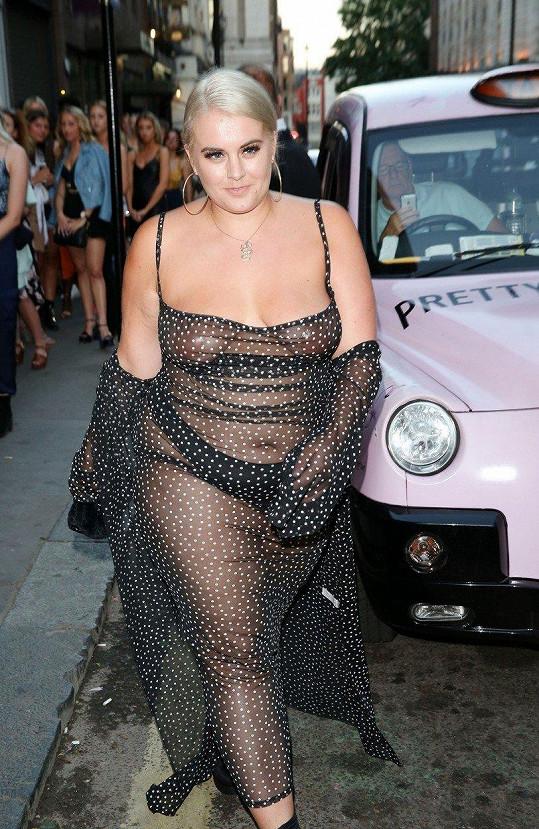 Felicity Hayward oblékla totálně průsvitné šaty.