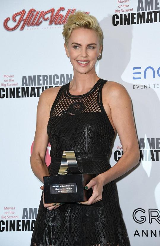 Charlize Theron získala na galavečeru ocenění za úspěšnou kariéru. Stejnou cenu před ní získal také Al Pacino, Tom Cruise i Steven Spielberg.