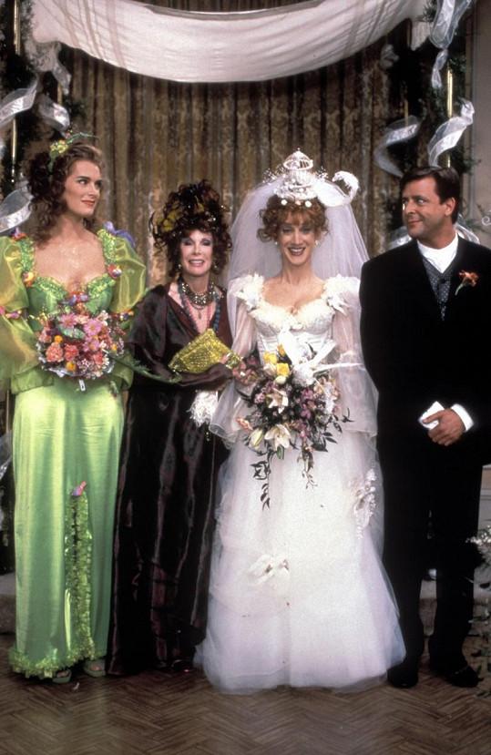 Kathy (ve svatebním) ztvárnila Vicki v seriálu Správná Susan.