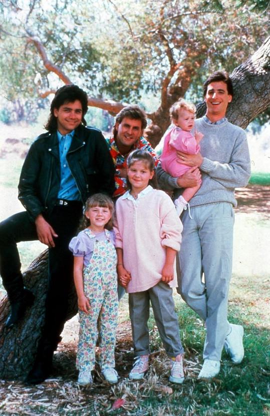 Sitkom se v 80. a 90. letech těšil velké popularitě, běžel i u nás. Na snímku zleva John Stamos, Dave Coulier, Mary Kate nebo Ashley Olsen (dvojčata se střídala v jedné roli), Bob Saget a dole zleva Jodie Sweetin a Candace Cameron Bure