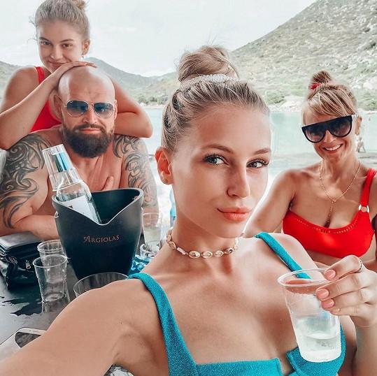 Na dovolenou vyrazila modelka s celou rodinu. Všichni jsou proto v domácí karanténě.