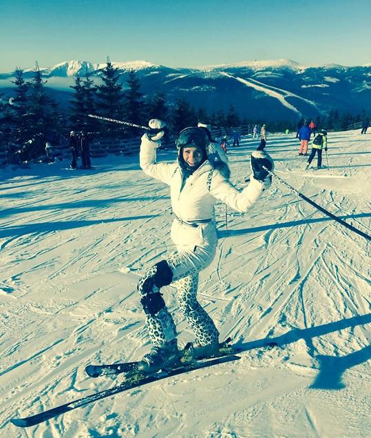 Kráska lyžuje raději s ortézou.