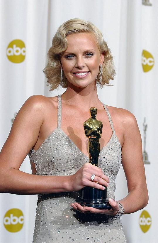 Herečka za hlavní roli získala Oscara.