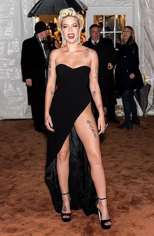 Americká zpěvačka Halsey si poslední dobou vybírá outfity, které jí pravidelně pomáhají uvíznout v paměti přítomných.
