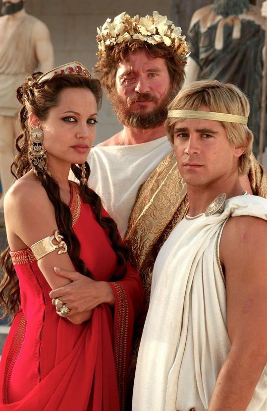 Mimo jiné přiznal i lásku k Angelině Jolie. Na snímku Kilmer (uprostřed) s Jolie a Colinem Farrellem při natáčení Alexandera Velikého.