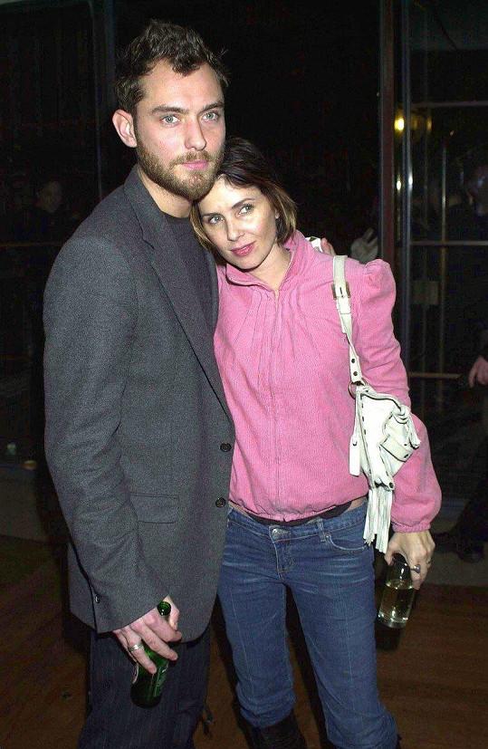Jude Law a Sadie Frost na snímku z roku 2002. Za rok se rozvedli.