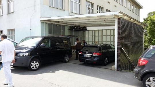Pohřební služba je odvezla do strašnického krematoria.
