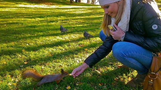 Sandra krmila v parku veverky.