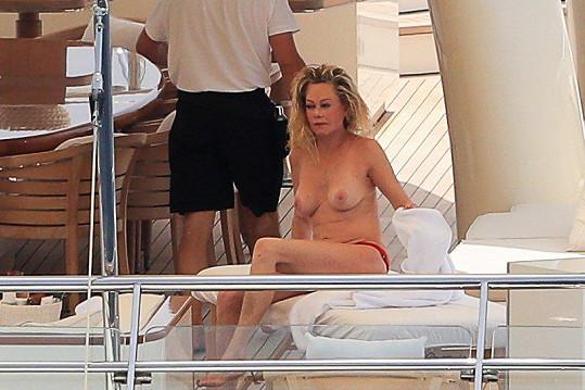 Při plavbě se herečka docela uvolnila.