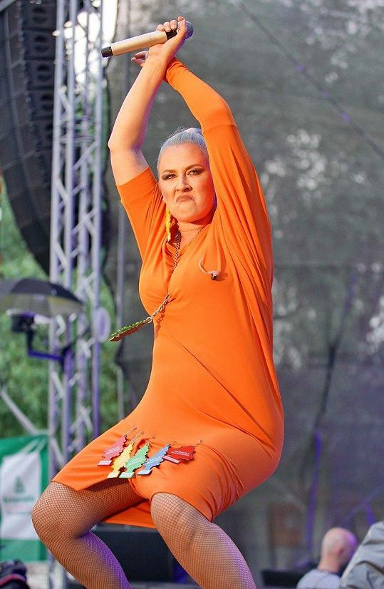 Na vystoupení oblékla opravdu obleček pošitý vonnými stromečky.