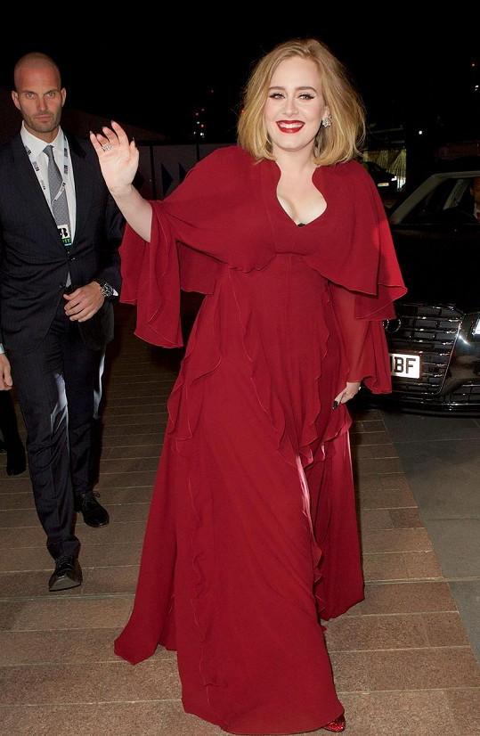 V červených šatech vypadala úchvatně.