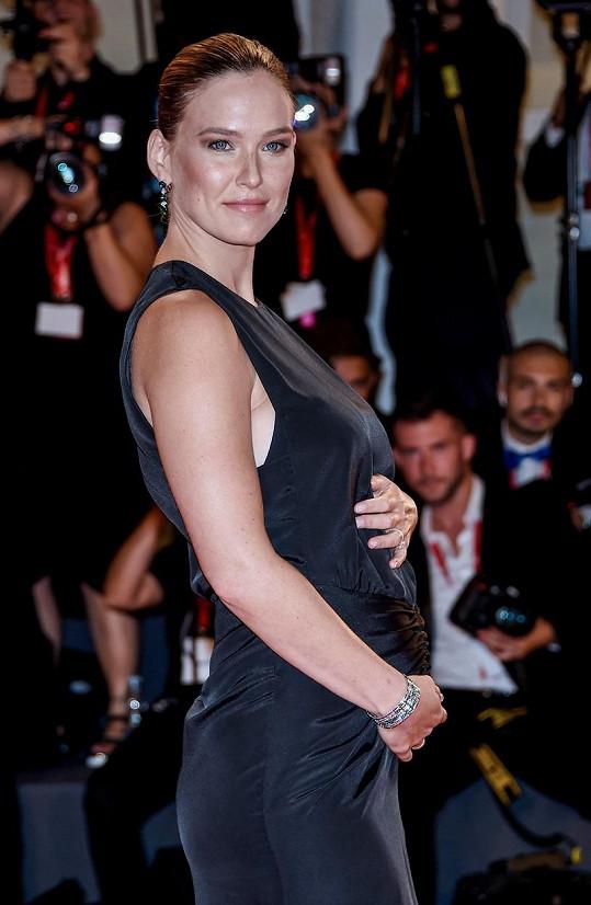Bar Refaeli ukázala na filmovém festivalu těhotenské bříško.