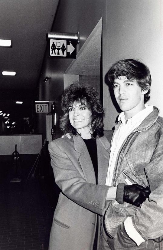 Linda Gray se synem Jeffem Thrasherem na archivním snímku