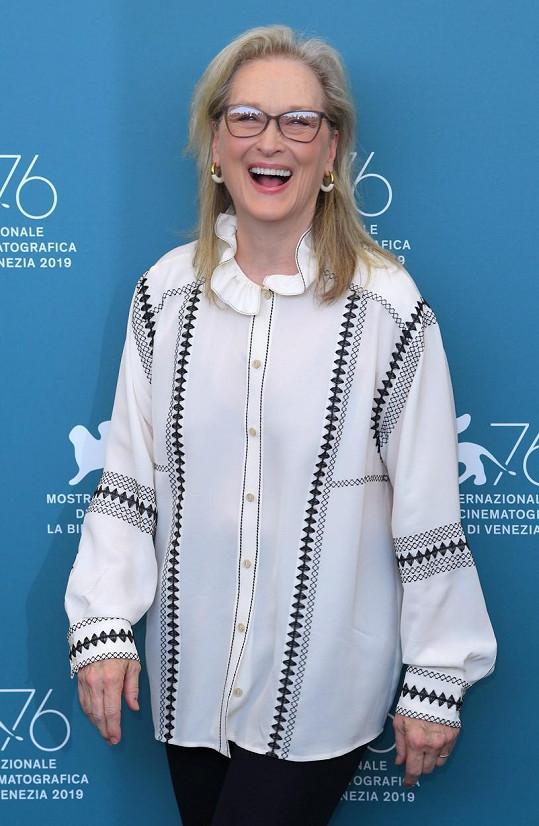 Zmínila i ikonickou Meryl Streep, kterou uznává, ale nepozdává se jí fakt, že všichni by si měli sednout na zadek z toho, že se dostali k práci s ní.