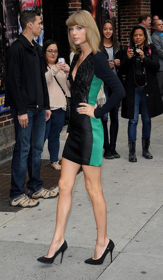 Taylor Swift by podle Dipla potřebovala zvětšit pozadí.