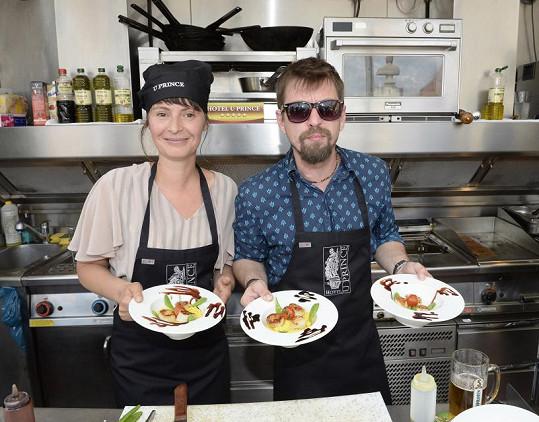 Jan Dolanský a Lenka Vlasáková patří mezi nejstabilnější herecké páry. A to nejen v kuchyni.