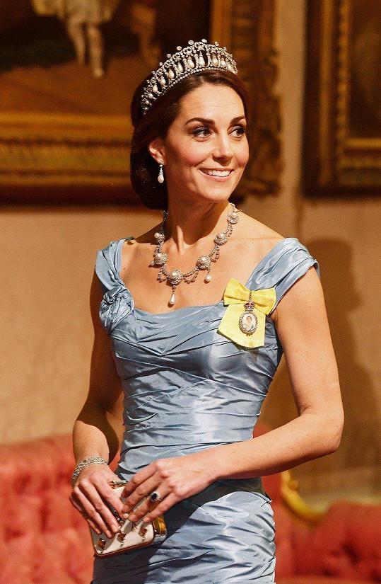 Co říkáte na róbu vévodkyně Kate?