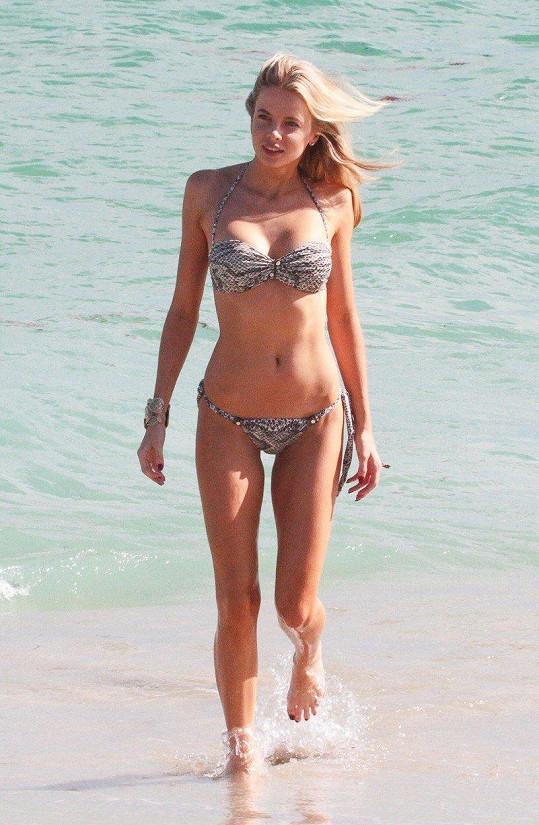 A každý den předvede návštěvníkům pláže jiný model sexy bikin.