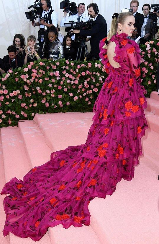 Jako by byly šaty Rachel Brosnahan od Erdem s dlouhou vlečkou složené jen z okvětních lístků fuchsie.