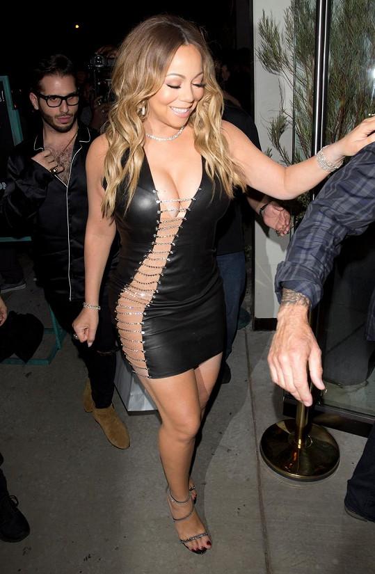 Do těchto šatů se nacpala, když si v Hollywoodu vyrazila na večeři.