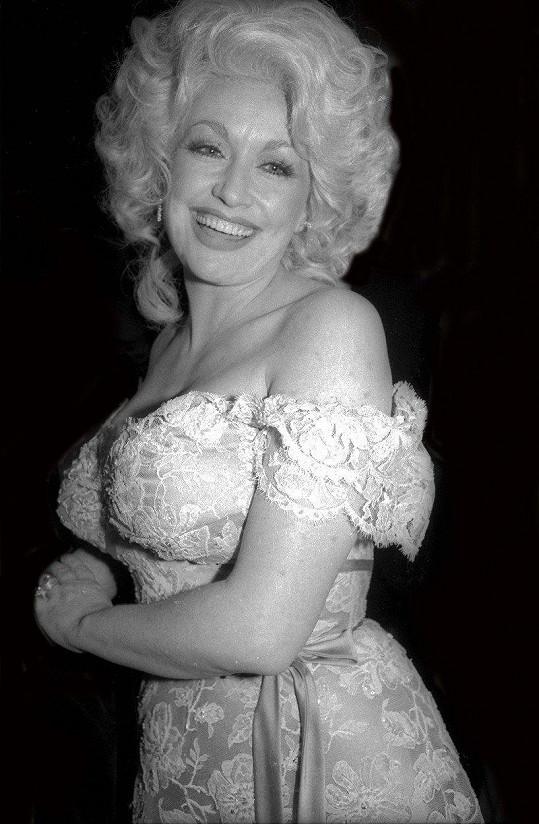 Dolly Parton zahájila hudební kariéru v 60. letech.