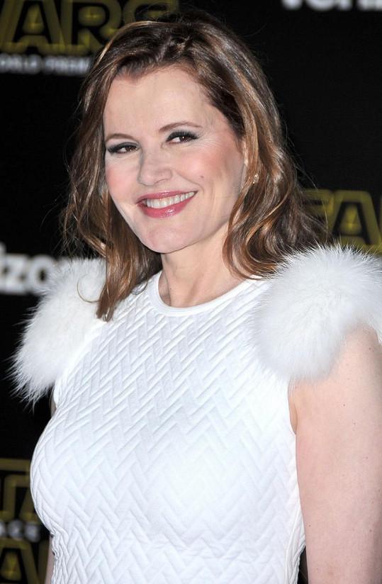 Takhle Geena zářila v prosinci na premiéře v Los Angeles. Za pár dní oslaví neuvěřitelnou šedesátku.