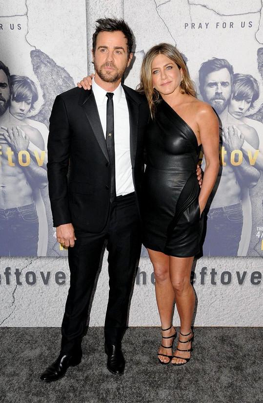 Jennifer doprovodila svého manžela Justina Therouxe.