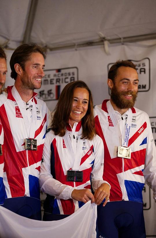 Potkali se i v roce 2014, kdy Pippa s bratrem Jamesem (vpravo) absolvovala závod Race Across America.