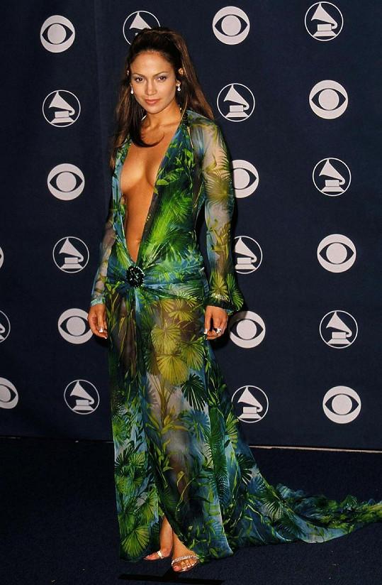 Oblékla ho na udílení cen Grammy v roce 2000.
