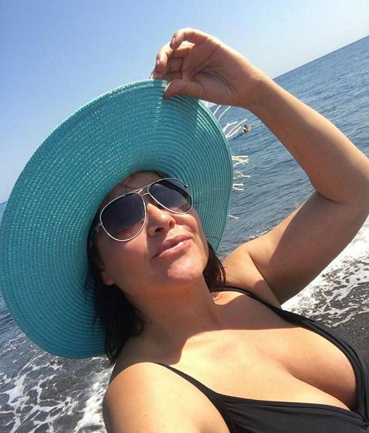 Tohle nevidíme často. Ilona Csáková v plavkách u moře ukázala svůj obří dekolt.