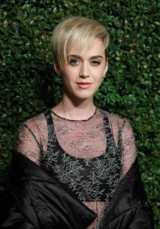 Je to trend, i u Katy Perry se zkracovalo a zesvětlovalo.