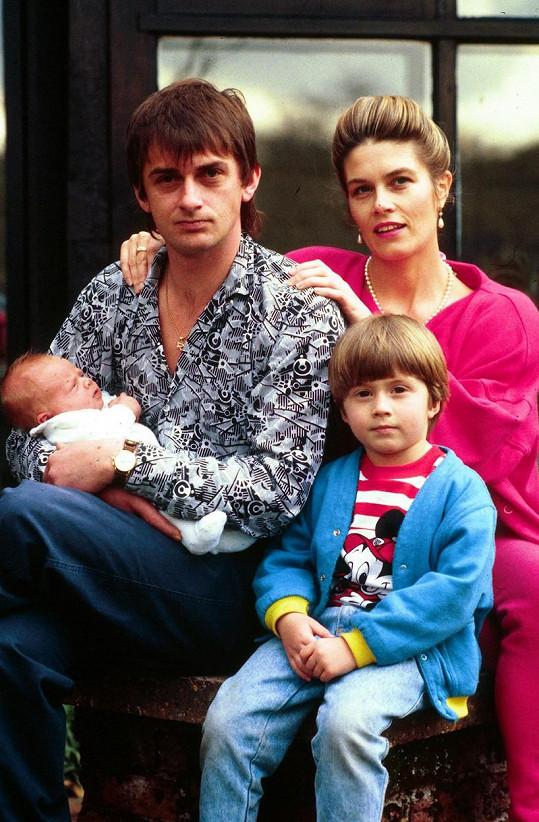 Mike Oldfield s manželkou Sally Cooper a syny Dougalem (vpravo) a Lukem na fotce z roku 1986
