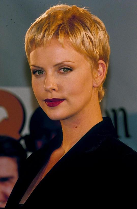 Ve filmu Astronautova žena se objevila s krátkými vlasy, ke kterým se později ještě několikrát vrátila.