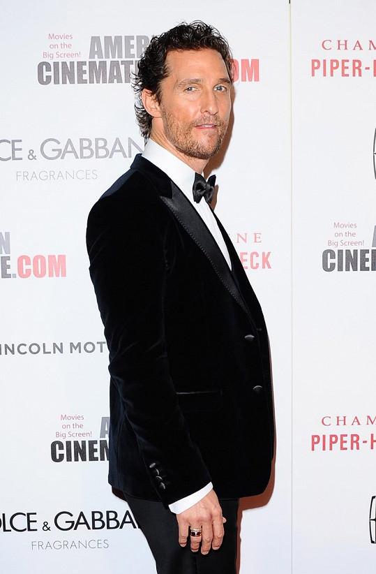 Matthewa McConaugheyho do otočných dveří nedostanete.