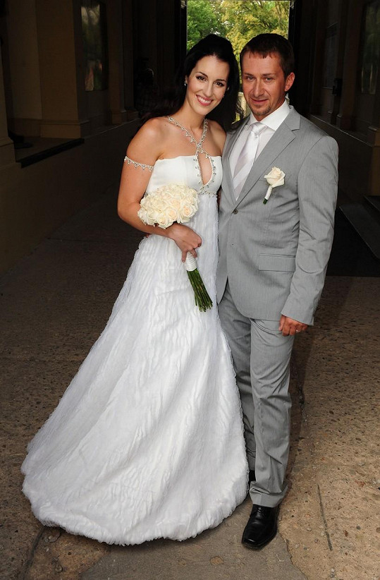 Lucie Křížková na svatební fotce s Davidem Křížkem (2009)