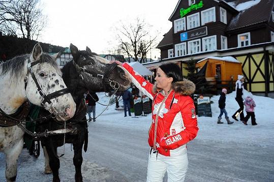 Gábina si hladila koníky před hotelem Jelínek.