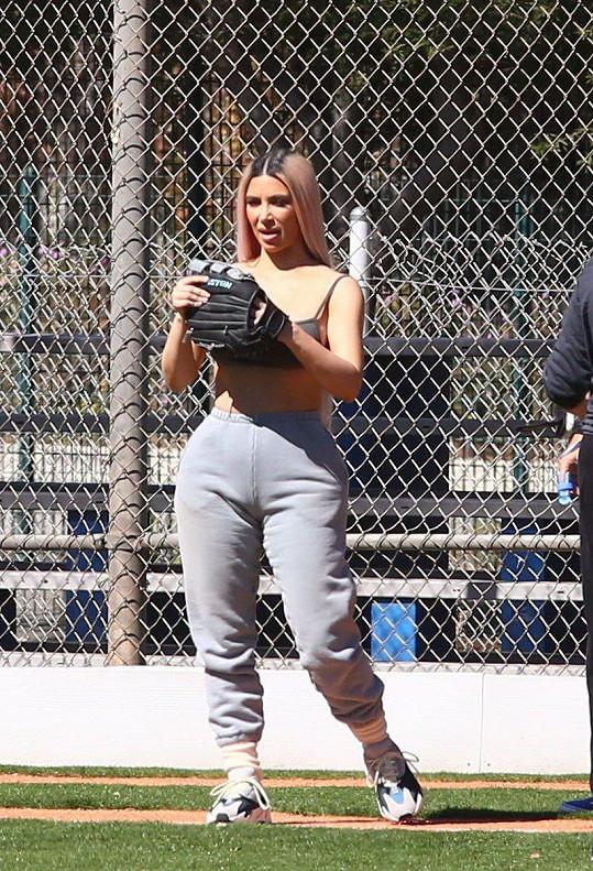 Kim Kardashian si zahrála softball.