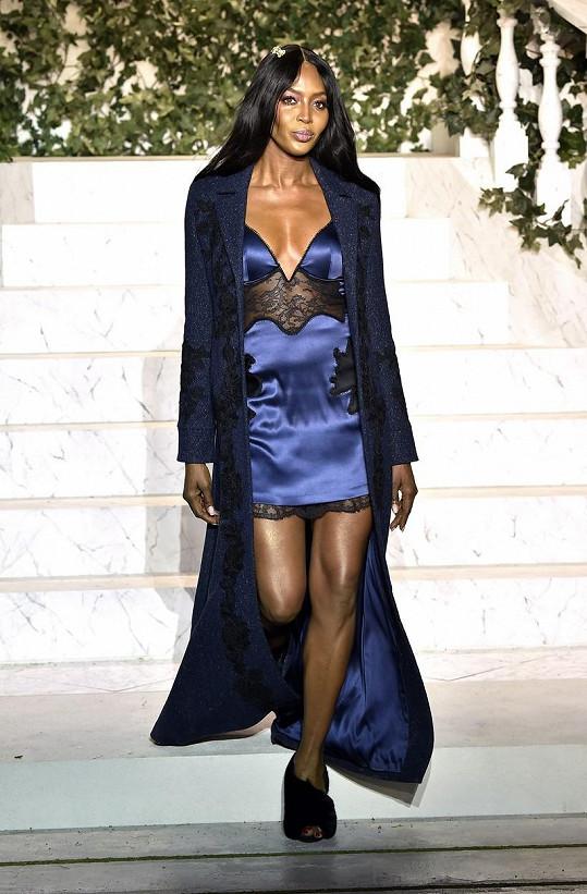 I Naomi Campbell stále příležitostně předvádí, zde na únorové přehlídce La Perla v New Yorku